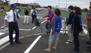 「自転車レーンスタディ・ツアー」提案で最終コンペに優勝し、警視庁交通安全教育センターで自転車講習を体験する学生たち